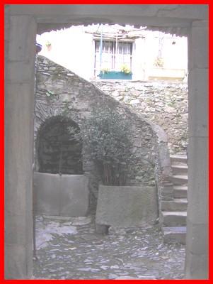 Puits et porche d'une maison seigneuriale
