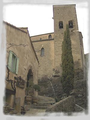 """L'église Sainte-Foi et l'auberge """"Sire de Cabaret"""""""